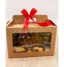 Geschenkdoos met chocolade rups en snoepgoed van de Sint
