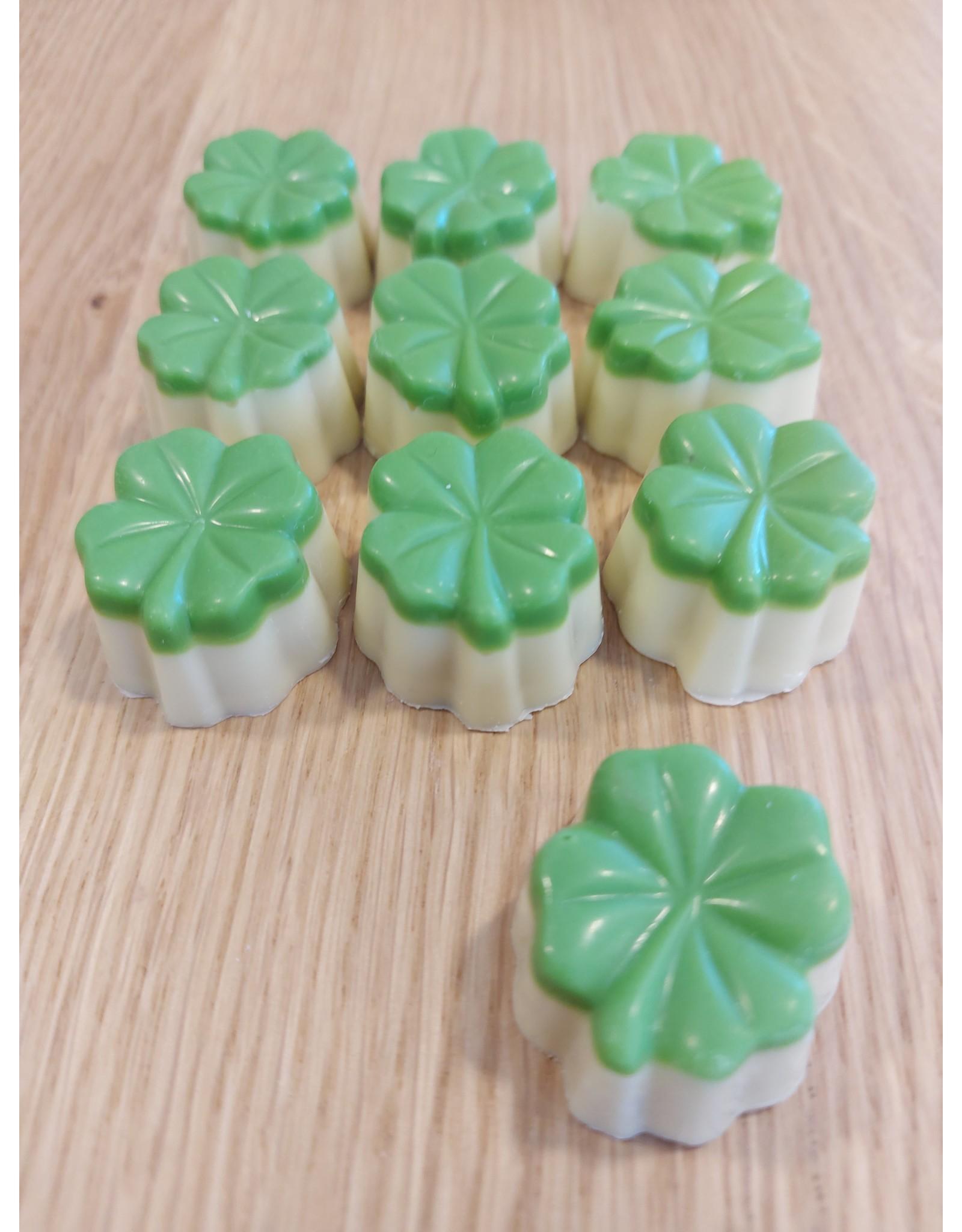 Klavertje vier praline wit  pistache vulling en een dekseltje van groene  chocolade