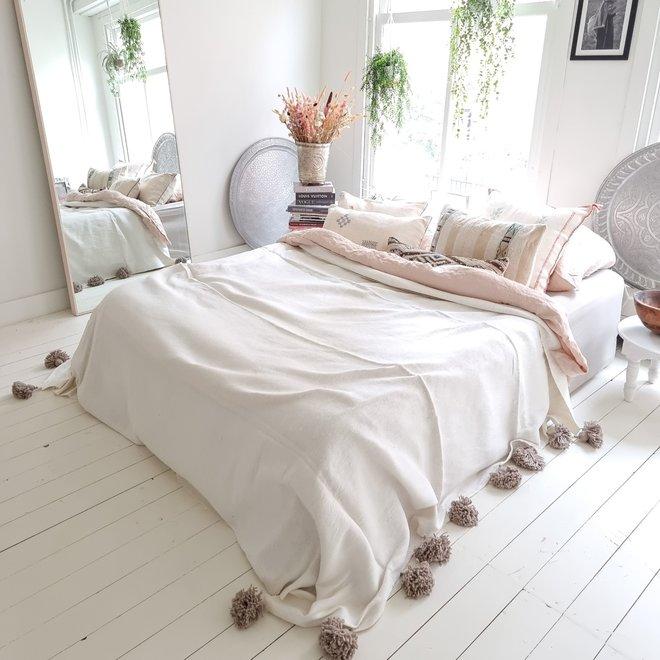 Marokkaanse deken met taupe pom poms deken wit met taupe pom poms