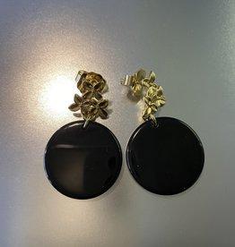 Oorbellen zwart parelmoer met gouden bloemetjes op oor Or 1922 c