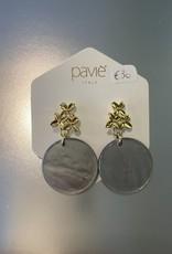 Oorbellen grijs parelmoer met gouden bloemetjes op oor Or 1922 c