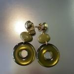 Oorbellen khaki met gouden knopje op oor Or 1902 b
