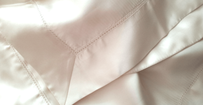 Dormir dans des draps de soie: mon nouveau geste beauté!