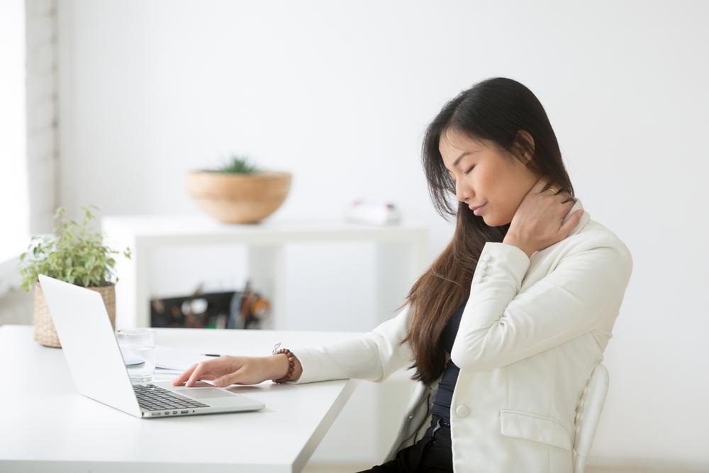 Een stijve nek is een van de gevaren bij het kopen van een slechte bureaustoel. Brand New Office