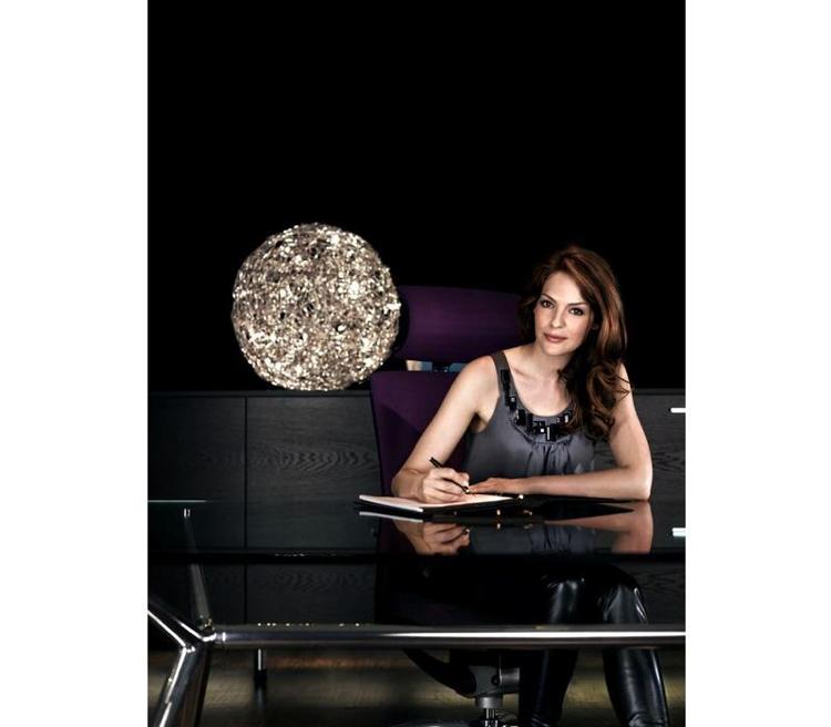 Vrouw heeft een ergonomische werkplek met een bureaustoel van Brand New Office.