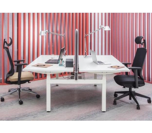 Een verstelbureau dubbelbureau van Brand New Office voor een ergonomische werkplek.