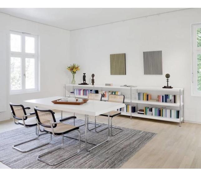 De Thonet-stoel S32 in een modern ingerichte eetruimte. – Brand New Office