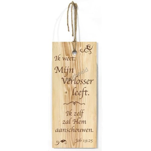 Blank houten wandbord met de tekst: Ik weet: mijn Verlosser leeft. Ik zelf  zal Hem aanschouwen.