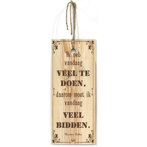 Blank houten wandbord met de tekst: Ik heb vandaag veel te doen, daarom moet ik vandaag veel bidden.