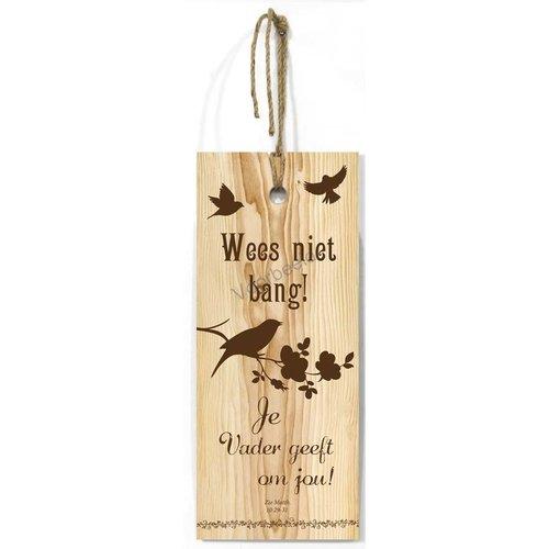 Blank houten wandbord met de tekst: Wees niet bang! Je Vader geeft om jou!