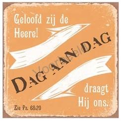 Magneet 7x7 met de tekst: Geloofd zij de Heere! Dag aan dag draagt Hij ons.