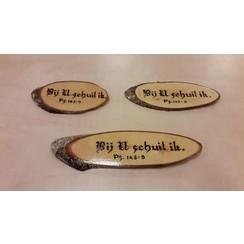 Handgemaakt tekstbord, hout: Ps. 143:9 'Bij U schuil ik'.