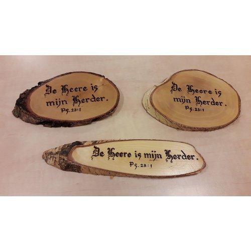 Handgemaakt tekstbord, hout: pS. 23:1 'De Heere is mijn Herder'.