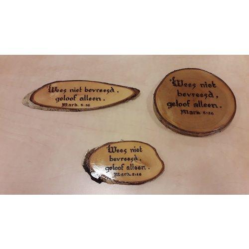 Handgemaakt tekstbord, hout: Mark. 5:36 'Wees niet bevreesd, geloof alleen'.