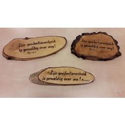 Handgemaakt tekstbord, hout: Ps. 117:2 'Zijn goedertierenheid....'.