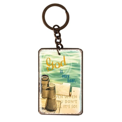 metal key chain/metalen sleutelhanger met de tekst:  God is very near, even when you don't feel it's
