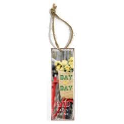 metal book mark/metalen boekenlegger, 30 gr. met de tekst:  Day by day God God cares for me