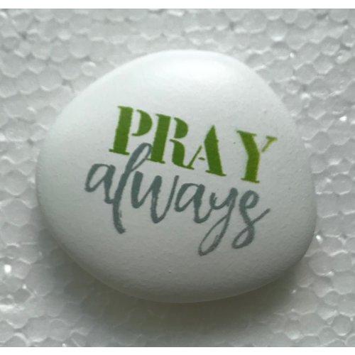 Siersteen 2 ong. 100 gr. en 6x7x2 cm. Met de tekst: Pray always