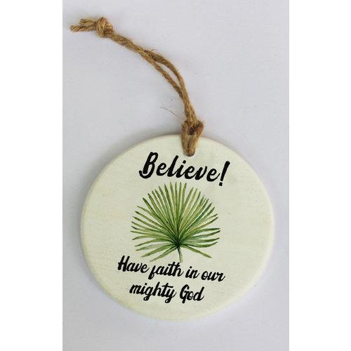 Wandbordje hars-steen, ong. 95 gr. en 10x10x0,6 cm, motief 5. Met de tekst: Believe! Have faith in o