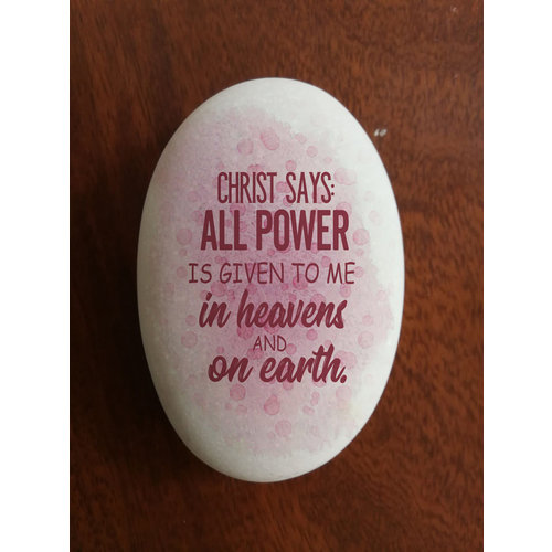 Siersteen 4 ong. 100 gr. en 8x5,5x2 cm. Met de tekst: Christ says: All power has been given to Me in