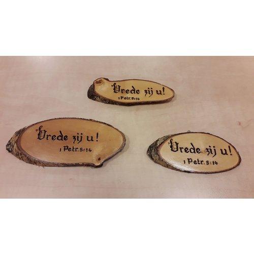 Handgemaakt tekstbord, hout: 1 Petr. 5:14 'Vrede zij U!'