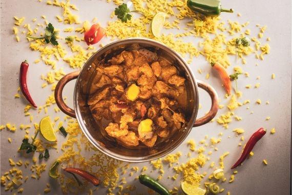 Kip Rendang met atjar en gele rijst