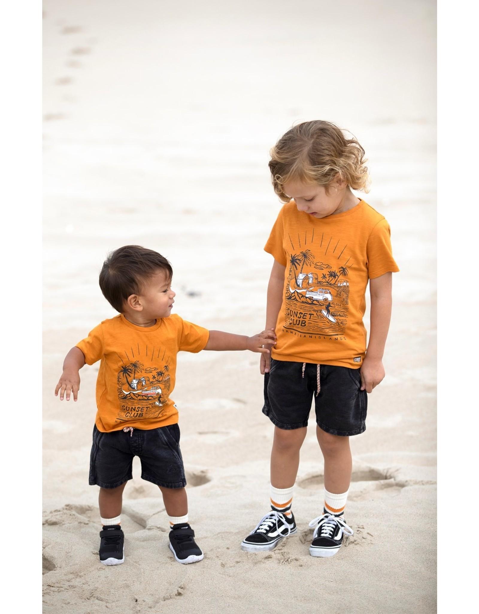 Sturdy T-shirt - Happy Camper. Okergeel