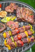 Barbecueen met houtskool