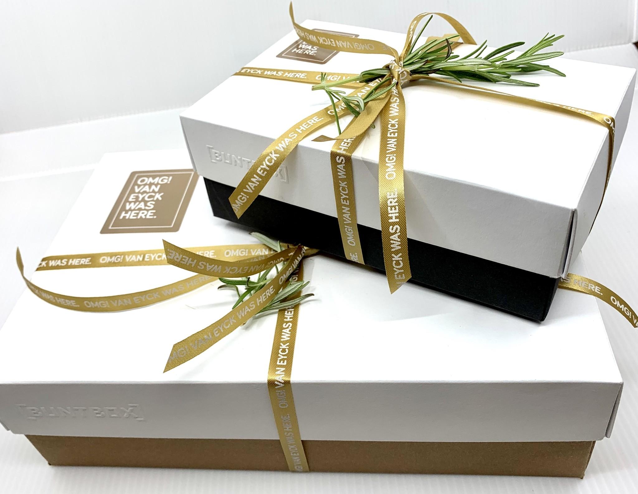 Van Eyck shop Gift box 'Little one': slabbetje, rompertje, kaartje met illustratie Carll Cneut