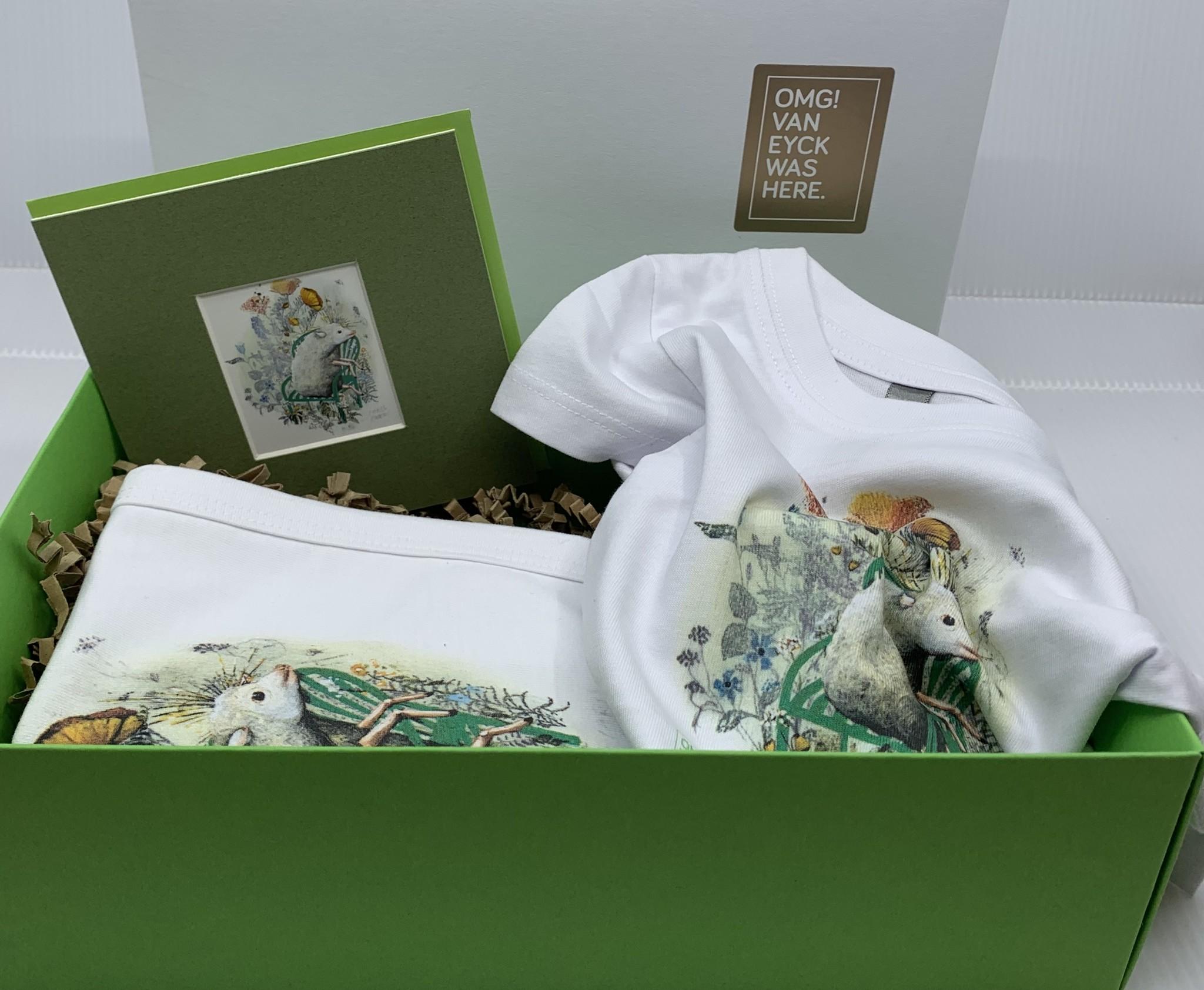 Van Eyck shop Cadeaupakket 'Little one': slabbetje, rompertje, kaartje met illustratie Carll Cneut