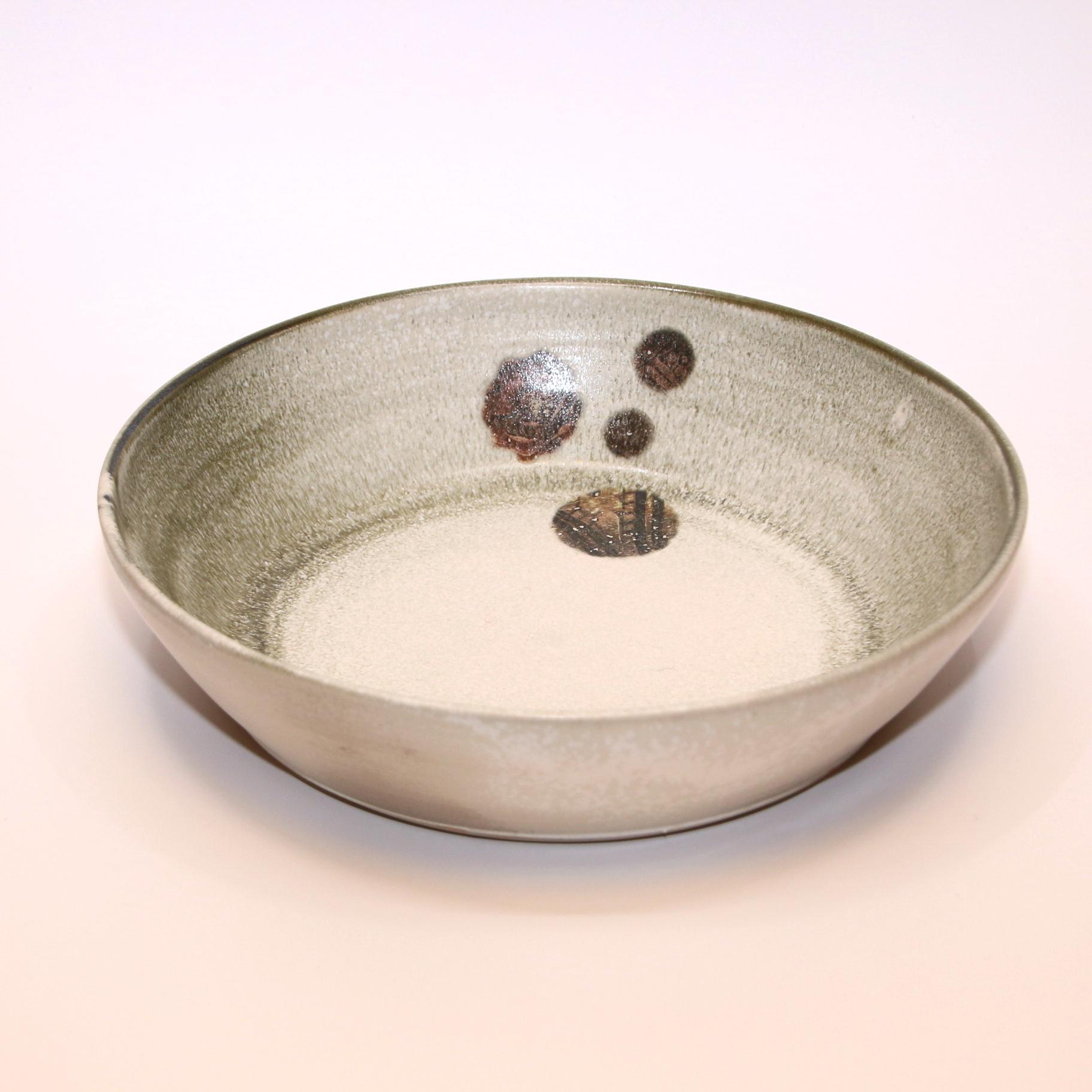 Atelier Caro-K Unieke ambachtelijk gemaakt keramieken schaal met een detail uit het Lam Gods - Atelier Caro-K - Diameter 30 cm