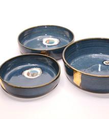 Atelier Caro-K Set van drie in elkaar passende unieke ambachtelijk gemaakte  keramieken blauwe kommen met deksel  - Atelier Caro-K