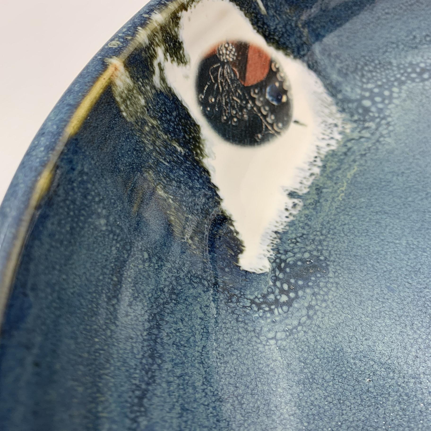 Atelier Caro-K Unieke ambachtelijk gemaakt keramieken schaal met een detail uit het Lam Gods  - Atelier Caro-K - Diameter 35 cm