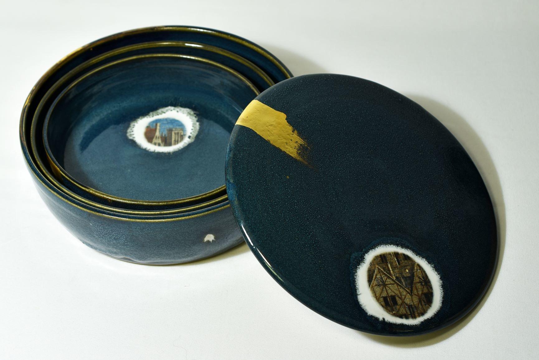 Atelier Caro-K Set van drie in elkaar passende unieke ambachtelijk gemaakte  keramieken blauwe kommen met deksel en elk heeft een detail uit het Lam Gods en een gouden touch - Atelier Caro-K