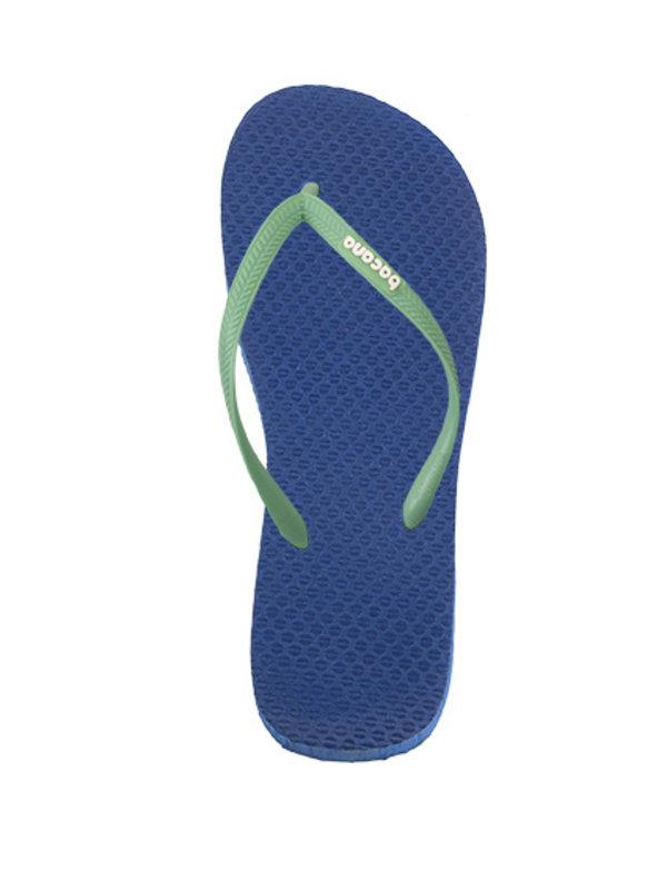 Donkerblauw met lichtgroene flipflops