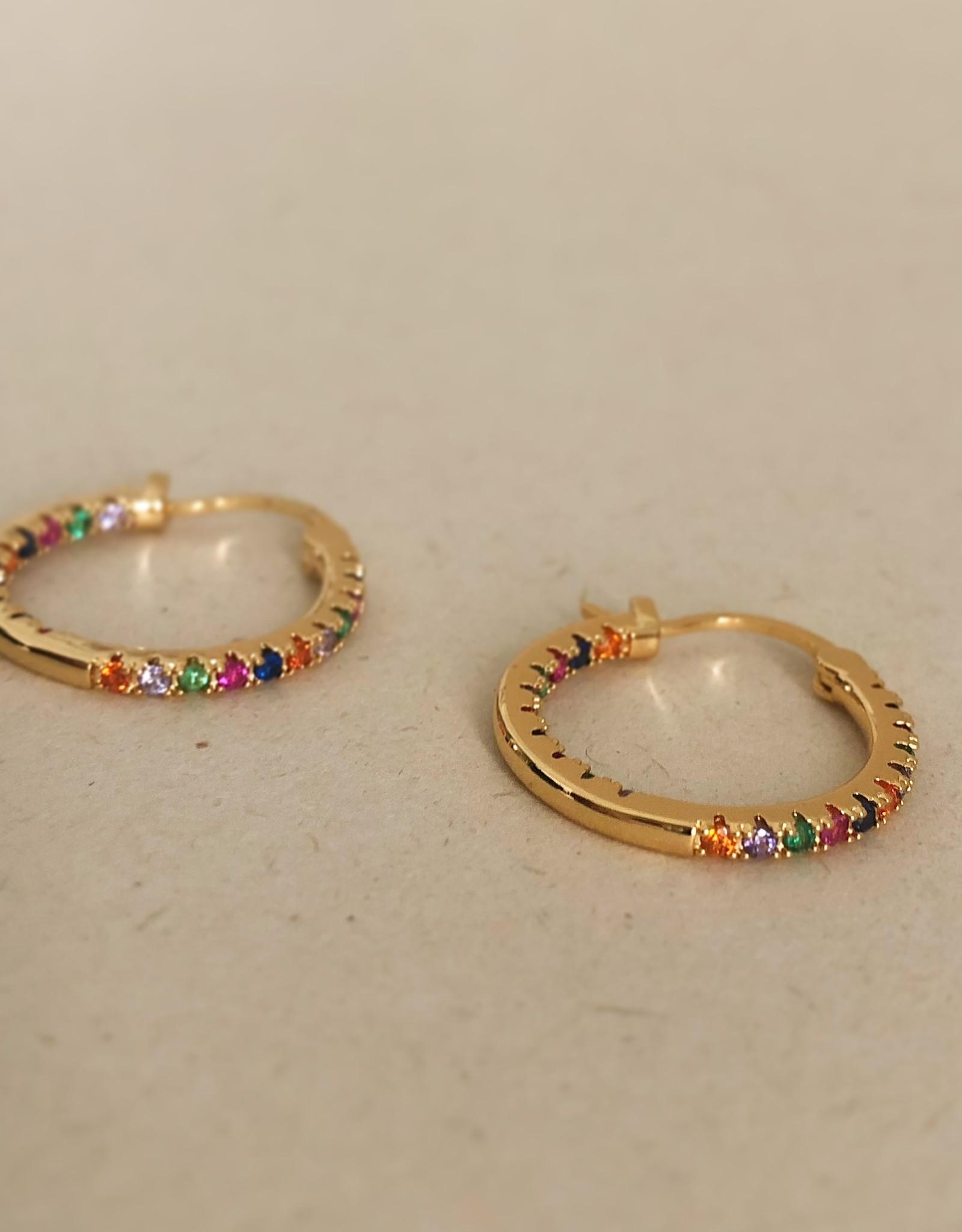 Gouden oorringen met kleurrijke steentjes