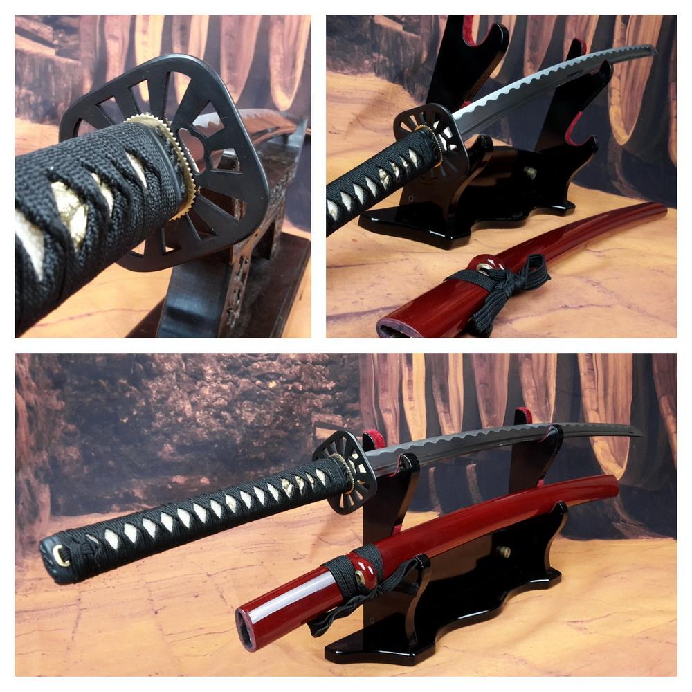 Hole katana zwaard met rode saya