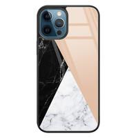 Leuke Telefoonhoesjes iPhone 12 glazen hardcase - Marmer zwart bruin