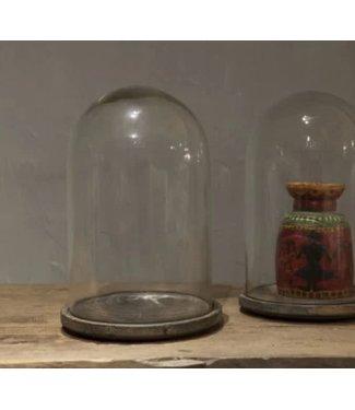 # J713  Glazen stolp op houten plateau - 23 x 23 x 34 cm