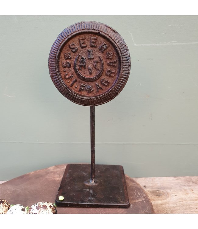 Vintage iron weight on stand - 10 x 10 x 23 cm