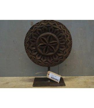 # J823 - Houten ornament op metalen stander - 19 x 13 x 25 cm