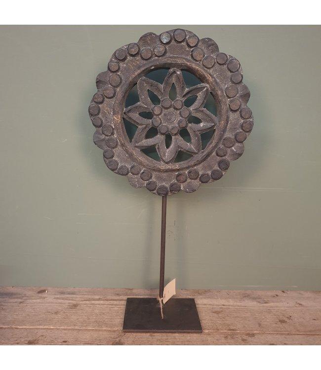 # Houten ornament op metalen stander - ca. 30 x 30 x 55 cm