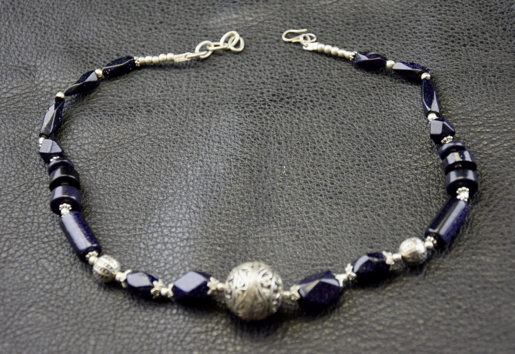Kette mit blauen Steinen