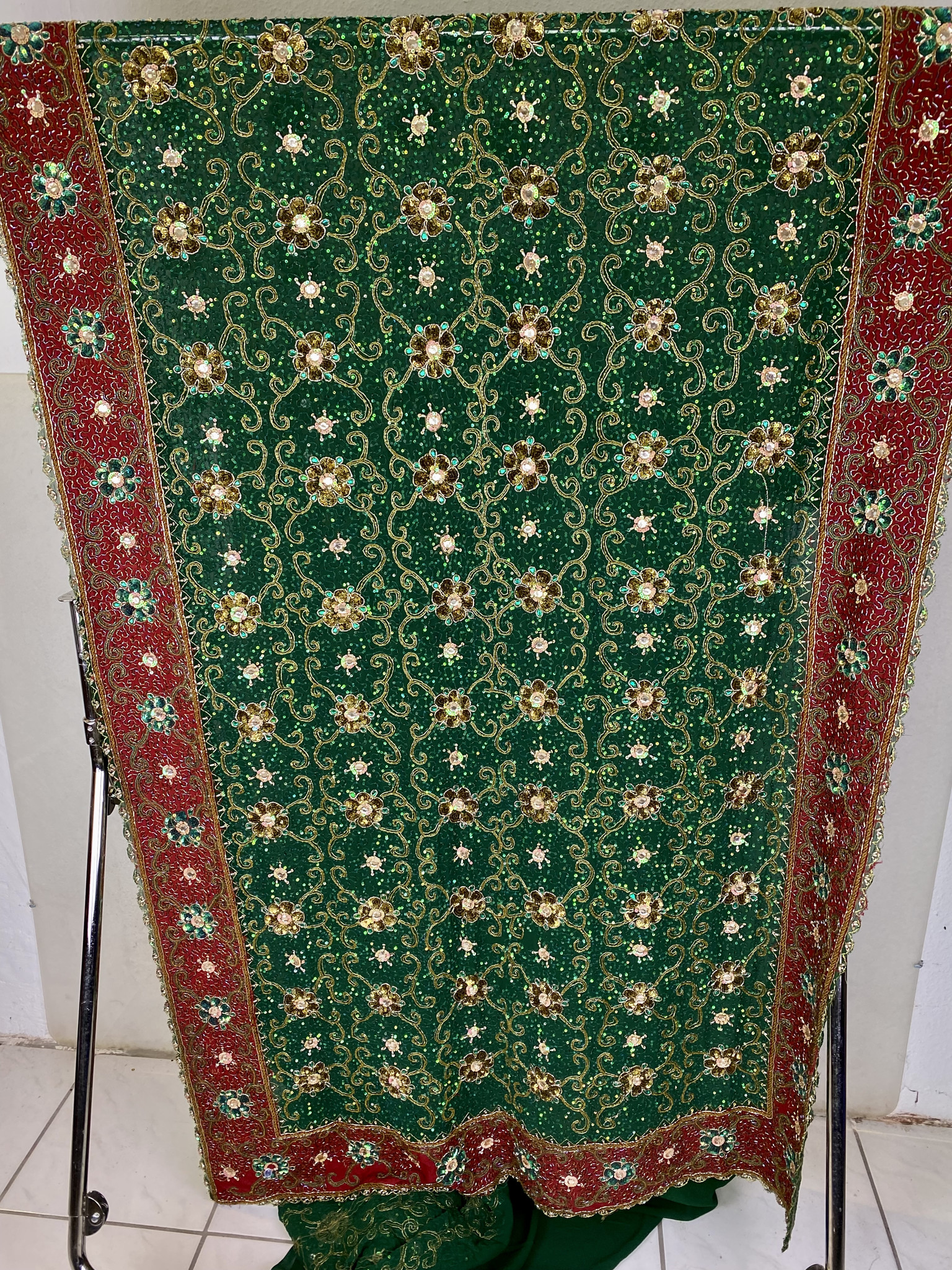 Schwerer Pailletten Sari, reich bestickt