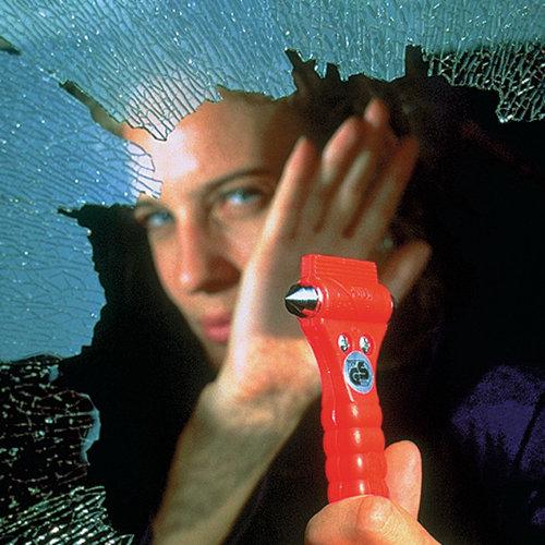 Lifehammer Dubbele hamer met geharde punten om ramen in enkele seconden te verbrijzelen. Ingebouwd, vlijmscherp Solingen mes voor het doorsnijden van gordels. Fluorescerende knop om de LifeHammer in het donker te vinden. Met schakelaar om misbruik te voorkomen.