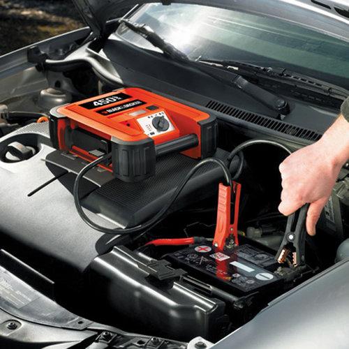 Black & Decker Snoerloze jumpstarter 450 Ampère. Start het voertuig onmiddelijk. Zware koperen klemmen en kabels. Indicator voor omgekeerde polariteit. LED-lamp voor omgeving. Accustatus LED indicator. 12V DC aansluiting. 230V lader.