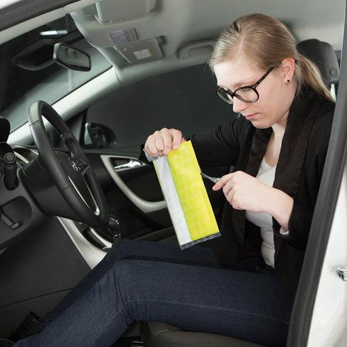 Carpoint Set van 4 veiligheidsvesten; one size fits all. De ultra dunne vacuüm verpakking met klittenband kan onder iedere vloermat geplaatst worden. Dankzij het HI-VISIBILITY label is het vest makkelijk te vinden. Altijd een veiligheidsvest binnen handbereik!