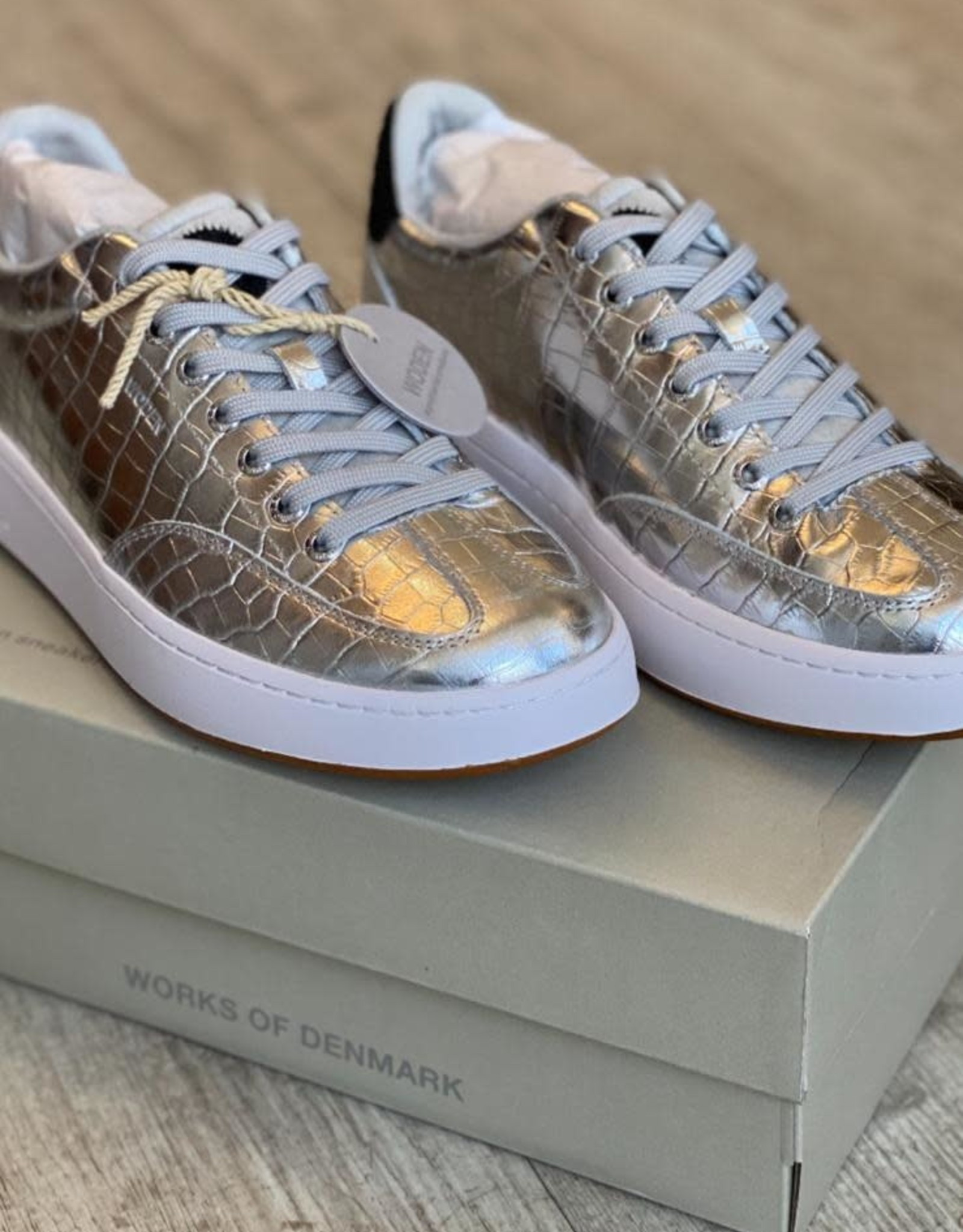 WODEN SUSTAINABLE TRAINER WL610 PERNILLE CROCO SILVER BY WODEN
