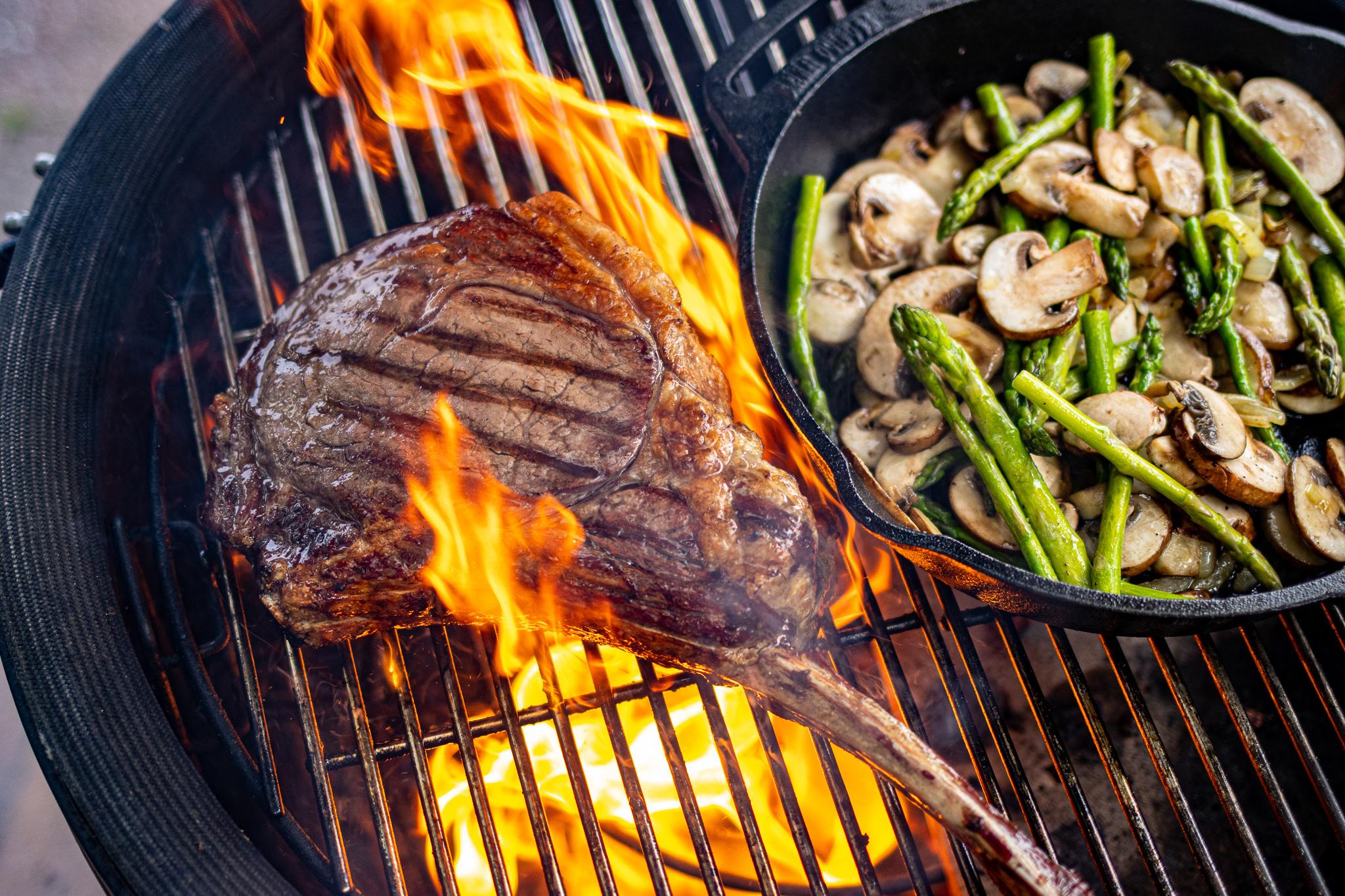 Tomahawk steak bereiden op de BBQ
