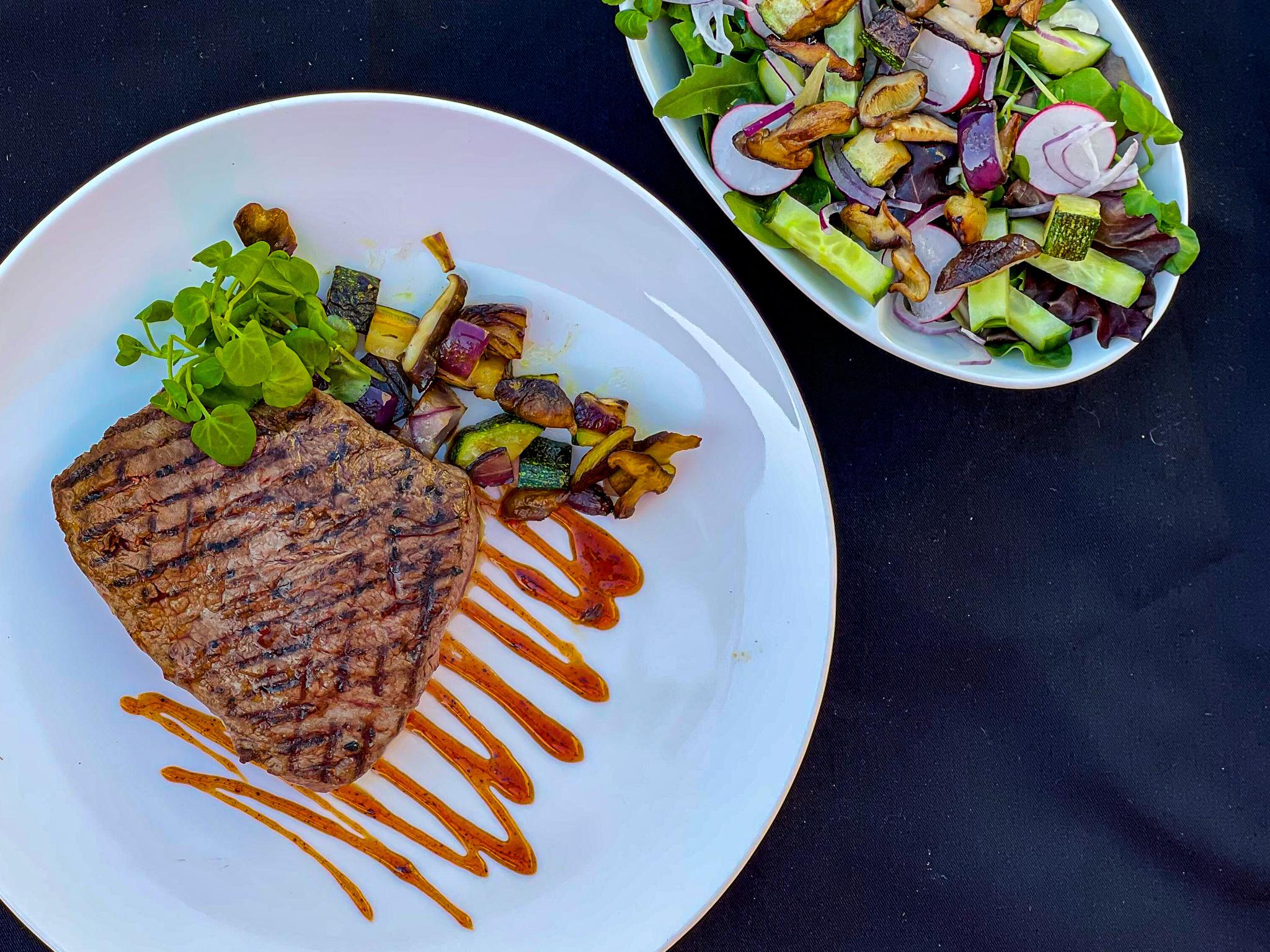 Flat iron steak op een bedje van cresson salade